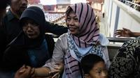 Terpidana kasus dugaan pelanggaran UU ITE sekaligus korban pelecehan seksual Baiq Nuril menerima selamat dari beberapa orang saat DPR menyetujui amnesti untuk dirinya dalam rapat paripurna DPR di Kompleks Parlemen Senayan, Jakarta, Kamis (25/7/2019). (Liputan6.com/JohanTallo)
