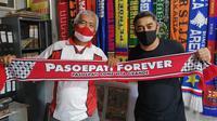 Indriyanto Nugroho bersama didampingi Presiden Pasoepati pertama, Mayor Haristanto, saat mengunjungi rumah lahirnya Pasoepati, Jumat (26/6/2020). (Bola.com/Vincentius Atmaja)