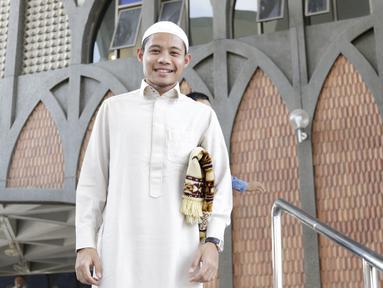 Pemain Timnas Indonesia, Evan Dimas, usai Salat Jumat di Masjid Islamic Center Valdesam, Thailand, Jumat, (16/11). Indonesia akan melawan Thailand pada laga Piala AFF 2018. (Bola.com/M. Iqbal Ichsan)