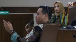 Terdakwa dugaan suap terhadap mantan anggota DPR dari Fraksi Golkar Bowo Sidik Pangarso, Asty Winasti menyimak keterangan saksi ahli saat sidang lanjutan di Pengadilan Tipikor, Jakarta, Rabu (31/7/2019). Sidang mendengar keterangan saksi ahli dan terdakwa. (Liputan6.com/Helmi Fithriansyah)