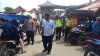 Polisi berikan masker kepada pengguna jalan di Bekasi yang kedapatan tidak memakai masker. (Liputan6.com/Bam Sinulingga)