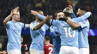 Para pemain Manchester City merayakan gol yang dicetak oleh Sergio Aguero ke gawang Sheffield United pada laga Premier League 2019 di Stadion Etihad, Minggu (30/12). Manchester City menang 2-0 atas Sheffield United. (AP/Rui Vieira)