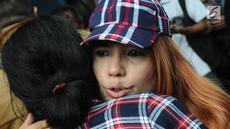 Pendukung menangis jelang dibebaskannya Basuki Tjahaja Purnama atau Ahok di Mako Brimob, Kelapa Dua, Depok, Jawa Barat, Kamis (24/1). Ahok keluar dari penjara pada pukul 07.30 WIB. (Liputan6.com/Herman Zakharia)