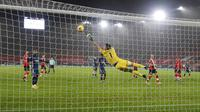 Penyerang Arsenal, Nicolas Pepe, mencetak gol ke gawang Southampton pada laga Liga Inggris di Stadion St Mary, Selasa (26/1/2021). Arsenal menang dengan skor 3-1. (AP/Frank Augstein, Pool)