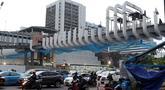 Pengendara melintas di bawah JPO Ratu Plaza di Jalan Jenderal Sudirman, Jakarta, Selasa (11/12). JPO Ratu Plaza merupakan 1 dari 12 JPO di sepanjang jalan Jend Sudirman - MH Thamrin yang masuk dalam proses revitalisasi. (Liputan6.com/Helmi Fithriansyah)