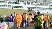 Pemeriksaan penumpang KM Lambelu di Pelabuhan Murhum Baubau, Senin (6/4/2020).(Liputan6.com/Ahmad Akbar Fua)