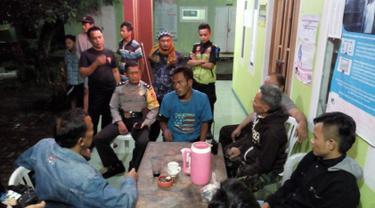 Kepolisian Resor Bogor mendata salah satu orang dengan gangguan jiwa di Kabupaten Bogor, Jawa Barat, Rabu (14/2). Sebanyak 16 orang gangguan kejiwaan diamankan untuk mencegah terjadinya tindak penyimpangan terhadap mereka. (Liputan6.com/HO/Polres Bogor)