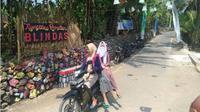 Pengendara melintas di Kampung Ramadan Blindas, Desa/Kecamatan Pracimantoro, Wonogiri, yang dihiasi lampion, Senin (4/6/2018). (Solopos/Rudi Hartono)