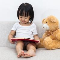 Mengenalkan buku cerita pada anak./Copyright shutterstock.com/g/kktan