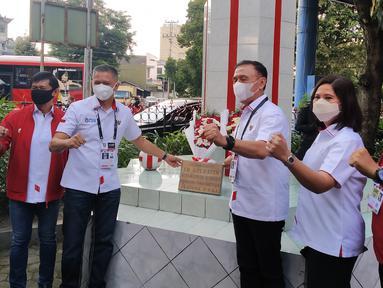Jajaran pengurus PSSI pusat berfoto di depan Monumen Patung Soeratin di Balai Persis, Solo, Senin (19/4/2021) dalam rangkaian peringatan HUT PSSI ke-91. (Bola.com/Vincentius Atmaja)