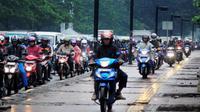 Pengendara motor yang naik trotoar di Jakarta