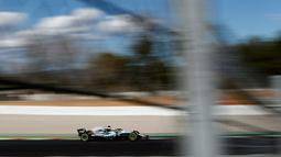 Pembalap Mercedes Lewis Hamilton memacu mobilnya saat sesi pengujian pramusim di Sirkuit de Catalunya, Spanyol (6/3). (AP Photo / Manu Fernandez)