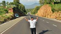 Menteri PUPR Basuki saat meninjau salah satu ruas jalan jalur pansela (Foto: Kementerian PUR)
