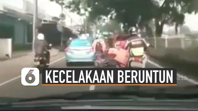 Terekam kamera petugas ambulans ketika sedang melewati jalanan terjadi kecelakaan motor beruntun.