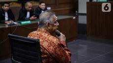 Terdakwa kasus dugaan suap proyek PLTU Riau-1, Sofyan Basir menyimak pembacaan putusan saat sidang di Pengadilan Tipikor, Jakarta, Senin (4/11/2019). Mantan Direktur Utama PT PLN tersebut divonis bebas oleh majelis hakim. (Liputan6.com/Faizal Fanani)