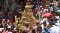 Sebuah gunungan apem pada perayaan haul Kiai Ageng Gribig di Jatinom, Klaten, Jawa Tengah, Jumat (26/10). Perayaan haul Kiai Ageng Gribig dilakukan dengan upacara Yaqowiyu atau sedekah bumi dengan menyebar apem. (Liputan6.com/HO/Agus)