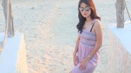 Aura kecantikan Rina Diana memang begitu terpancarkan ketika sedang melepas penat di pantai. Gaya santainya ini semakin menawan dengan memakai kacamata yang menutupi matanya. Dengan gaya seperti ini, Rina banjir pujian netizen.(Liputan6.com/IG/@rinadiana_8)