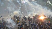 Mahasiswa berlarian saat polisi menembakkan gas air mata dalam demonstrasi menolak pengesahan RUU KUHP dan revisi UU KPK di depan Gedung DPR, Jakarta, Selasa (24/9/2019). Polisi menghalau mahasiswa yang berusaha masuk ke area Gedung DPR. (merdeka.com/Arie Basuki)