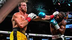Pertandingan sempat menjadi panas pada ronde ketiga pertandingan. Jual beli pukulan antara Mayweather dan Logan Paul berhasil meningkatkan tensi pertarungan. (Foto: AFP/Chandan Khanna)