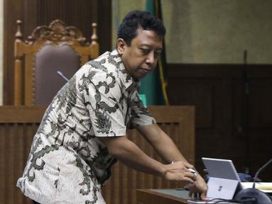 Terdakwa dugaan suap jual-beli jabatan di lingkungan Kemenag, M Romahurmuziy (kiri) saat menjalani sidang pembacaan putusan sela di Pengadilan Tipikor, Jakarta, Senin (9/10/2019). Majelis hakim menolak eksepsi yang diajukan terdakwa dan penasehat hukum terdakwa. (Liputan6.com/Helmi Fithriansyah)