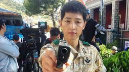 Bagaimana potret Song Joong Ki saat memegang pistol, terlihat gagah kan? (Liputan6.com/IG/songjoongkionly)