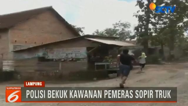 Dari para pelaku, polisi juga menyita uang pecahan Rp 2.000 dan uang recehan logam hasil memeras para sopir angkutan barang yang melintas.