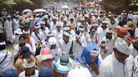 Ribuan umat Hindu mengikuti ritual Melasti di Pantai Petitenget, Denpasar, Bali, Senin (4/3). Ritual ini dilakukan sebagai instrospeksi dan mensucikan diri jelang tawur kesanga dan catur berata penyepian. (SONNY TUMBELAKA/AFP)
