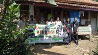 Para wartawan Televisi Garut yang tergabung dalam IJTI, nampak antusias memberikan bantuan dalam program IJTI berbagi (Liputan6.com/Jayadi Supriadin)
