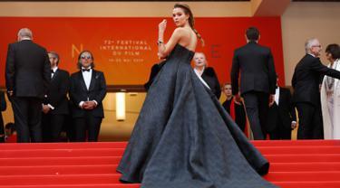 Model Josephine Skriver berpose saat tiba menghadiri pemutaran perdana film 'A Hidden Life' di festival film internasional ke-72, Cannes, Prancis selatan (19/5/2019). Model 26 tahun asal Denmark ini tampil cantik mengenakan gaun berwarna hitam. (AP Photo/Petros Giannakouris)