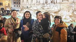 Ruben Onsu dan Sarwendah pun beberapa kali mengunggah foto saat tengah mengunjungi tempat-tempat bersejarah di Italia. Kabahagiaan juga terlihat dari raut wajah setiap anggota keluarga. (Liputan6.com/IG/@ruben_onsu)
