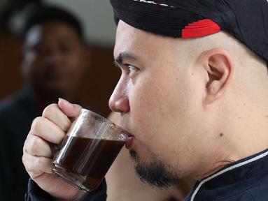 Terdakwa kasus ujaran kebencian, Ahmad Dhani meminum kopi sebelum menjalani sidang lanjutan di PN Jakarta Selatan, Senin (2/7). Sidang tersebut menghadirkan saksi dari jaksa dan saksi meringankan dari Ahmad Dhani. (Liputan6.com/Immanuel Antonius)