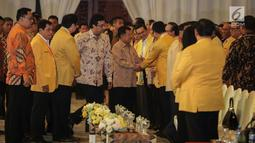Wakil Presiden Jusuf Kalla menyalami tokoh Golkar saat menghadiri penutupan Munaslub Golkar di Jakarta, Rabu (20/12). Munaslub Golkar tadi pagi mengukuhkan Airlangga sebagai ketum menggantikan Setya Novanto. (Liputan6.com/Faizal Fanani)