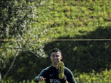 Striker Portugal, Cristiano Ronaldo, saat latihan jelang laga kualifikasi Piala Eropa di Lisbon, Selasa (19/3). Portugal akan berhadapan dengan Ukraina. (AFP/Patricia Del Melo Moreira)
