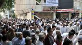 Ratusan jemaah saat menghadiri Salat Idul Adha di Masjid Al Furqan DDII, Jakarta, Selasa (21/8). Sejumlah umat Islam di Indonesia menunaikan Salat Idul Adha 1439 H hari ini meski pemerintah menetapkan Idul Adha Rabu (22/8). (Merdeka.com/Iqbal S. Nugroho)