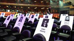 Deretan tempat duduk disertai foto para musisi dan tamu berjejer rapi jelang ajang MTV Video Music Awards (MTV VMA) 2018 di Radio City Music Hall, New York, 17 Agustus 2018. MTV VMA 2018 akan berlangsung 20 Agustus mendatang. (AFP/Angela Weiss)