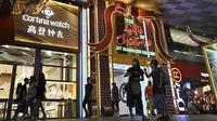 Orang-orang berjalan melewati dekorasi lampu Natal di luar pusat perbelanjaan di sepanjang kawasan Orchard road di Singapura, Selasa (8/12/2020). Mengusung tema Love This Christmas, acara tahun ini lebih sunyi karena aktivitas jalanan dibatasi di tengah pandemi Covid-19. (ROSLAN RAHMAN / AFP)