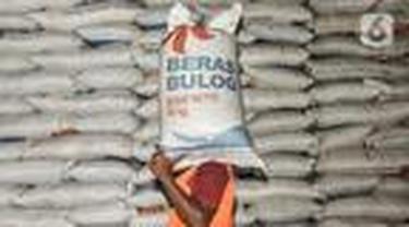 Nampak seorang pegawai tengah memindahkan beras di salah satu gudang penyimpanan beras bulog.