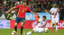 Gelandang Spanyol, Saul Niguez, menghindari tekel dari bek Kosta Rika, Cristian Gamboa, pada laga persahabatan di Stadion La Rosaleda, Sabtu (11/11/2017). Spanyol menang 5-0 atas Kosta Rika. (AP/Miguel Morenatti)