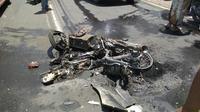 Pengendara sepeda motor bebek berusaha menyalip kendaraan di depannya saat truk datang dari arah berlawanan. (Liputan6.com/Dian Kurniawan)