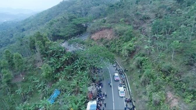 Walau berbahaya, sopir bus sering kucing-kucingan melewati Jalur Cikidang demi mencapai Palabuhanratu di Sukabumi. (Liputan6.com/Mulvi Mohammad)