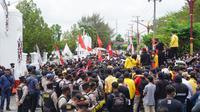 Saat Presiden Joko Widodo berkunjung ke Kalimantan Tengah, ribuan mahasiswa gelar aksi unjuk rasa menolak UU Omnibus Law.