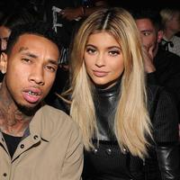 Tyga masih menjadi kekasih Kylie Jenner saat launching Kylie Cosmetics di November 2015. (Elle)
