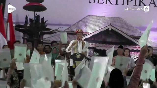 Presiden Jokowi melakukan kunjungan ke Lampung Tengah. Disana Jokowi membagikan sertifikat tanah untuk warga Lampung.