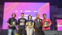 "Jurnalis SCTV Fedhly Averouss Bey (kiri) mendapat penghargaan terbaik ""Creative Journalist"" Asian Para Games 2018 untuk kategori Creative Journalist. Sementara SCTV mendapatkan penghargaan Silver sebagai ""Productive Online Media"". (Istimewa)"