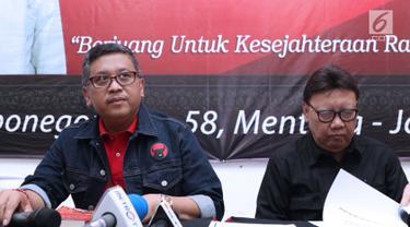 Sekjen PDIP Hasto Kristiyanto (kiri) bersama Mendagri Tjahjo Kumolo memberi keterangan terkait persiapan HUT ke-46 PDIP, Jakarta, Kamis (3/1). HUT dilaksanakan berbarengan dengan Rakornas di JIExpo Kemayoran 10 Januari. (Liputan6.com/Helmi Fithriansyah)
