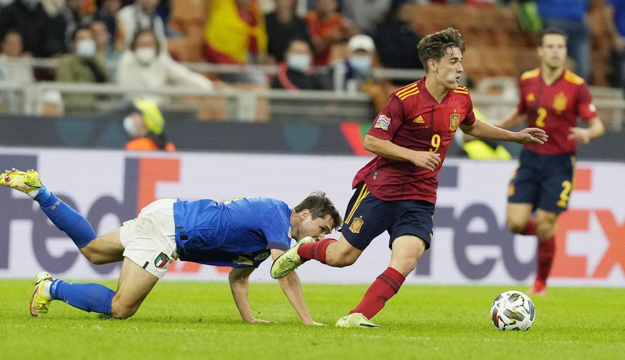 Timnas Spanyol berhasil melenggang ke final UEFA Nations League usai menumbangkan tuan rumah Italia dengan skor 2-1. Kemenangan ini sekaligus memutus rekor tak terkalahkan skuad Roberto Mancini yang awet sejak 2018. (AP/Antonio Calanni)