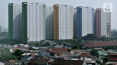 Deretan gedung hunian vertikal dan permukiman rumah tapak di Jakarta, Minggu (15/12/2019). Kementerian Pekerjaan Umum dan Perumahan Rakyat (PUPR) berencana menyiapkan hunian berbiaya murah di pusat kota bagi kaum milenial berkonsep bangunan vertikal. (merdeka.com/Iqbal Nugroho)