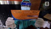 Petugas menunjukkan voucher tiket kereta api (KA) jarak jauh gratis di Stasiun Gambir, Jakarta, Sabtu (7/11/2020). PT KAI membagikan 10.000 voucher tiket KA jarak jauh secara cuma-cuma kepada guru dan tenaga kesehatan (nakes). (merdeka.com/Imam Buhori)