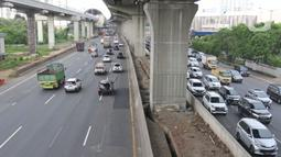 Suasana lalu lintas jalan tol Jakarta - Cikampek di kawasan Bekasi, Jawa Barat, Rabu (20/5/2020). H - 4 menjelang Lebaran, kondisi lalu lintas jalan tol Jakarta - Cikampek terlihat ramai lancar. (Liputan6.com/Herman Zakharia)