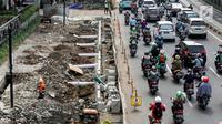 Pekerja mengerjakan proyek revitalisasi trotoar di Jalan Salemba Raya, Jakarta Pusat, Kamis (1/8/2019). Pemerintah Provinsi DKI Jakarta merevitalisasi trotoar Jalan Salemba, Kramat Raya, dan Cikini Raya dengan anggaran sebesar Rp75 milliar yang rampung pada Desember 2019. (Liputan6.com/Johan Tallo)